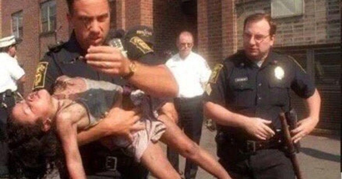 Este policía rescató auna niña deunincendio yaños más tarde esto fue loque pasó