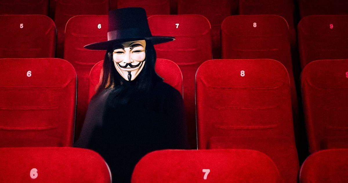 8Razones que explican por qué algunas personas van alcine solas