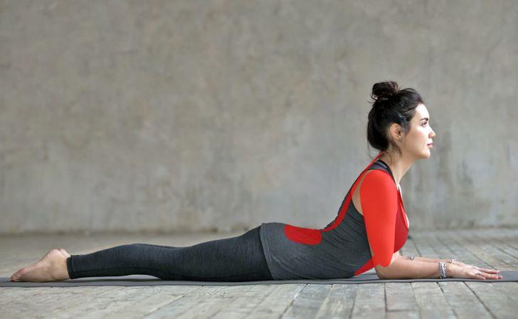 10 Posiciones de yoga que pueden corregir tu postura