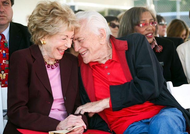 Conoce la historia de Kirk Douglas y su esposa, quienes demostraron que también hay matrimonios fuertes entre los famosos