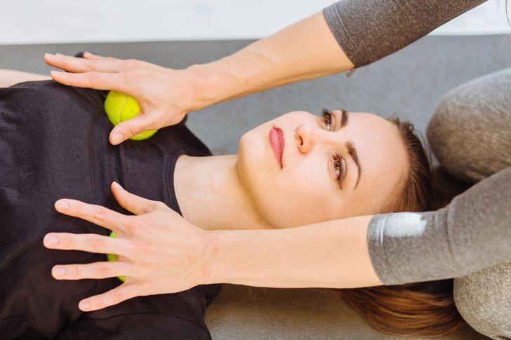 11 Ejercicios que pueden arreglar los hombros curvados y esculpir una bella postura