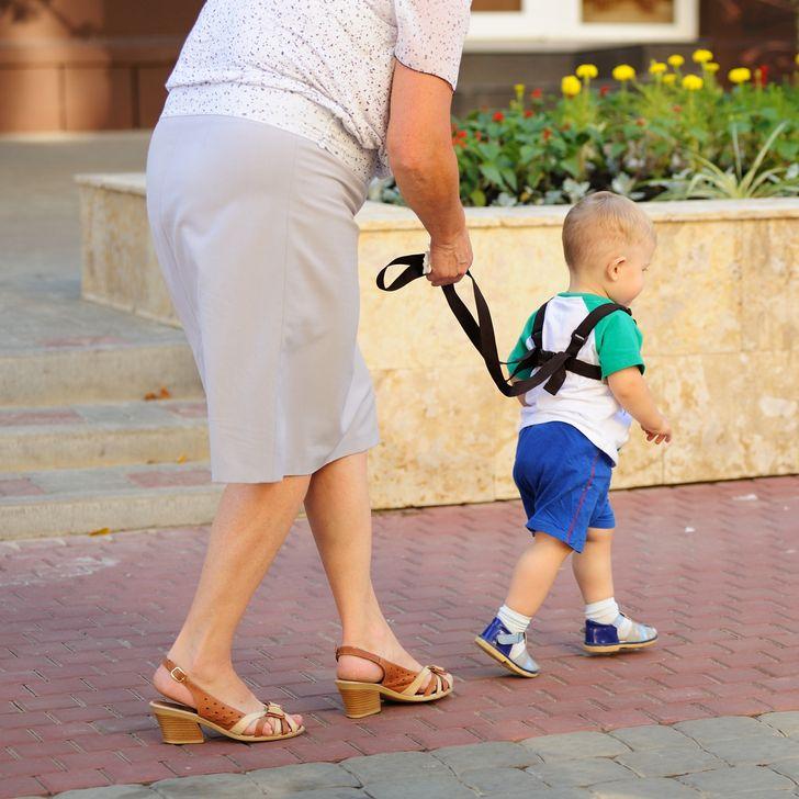 Una mamá enfrenta desaprobación porque su hijo lleva una mochila con correa, y ella explica sus razones