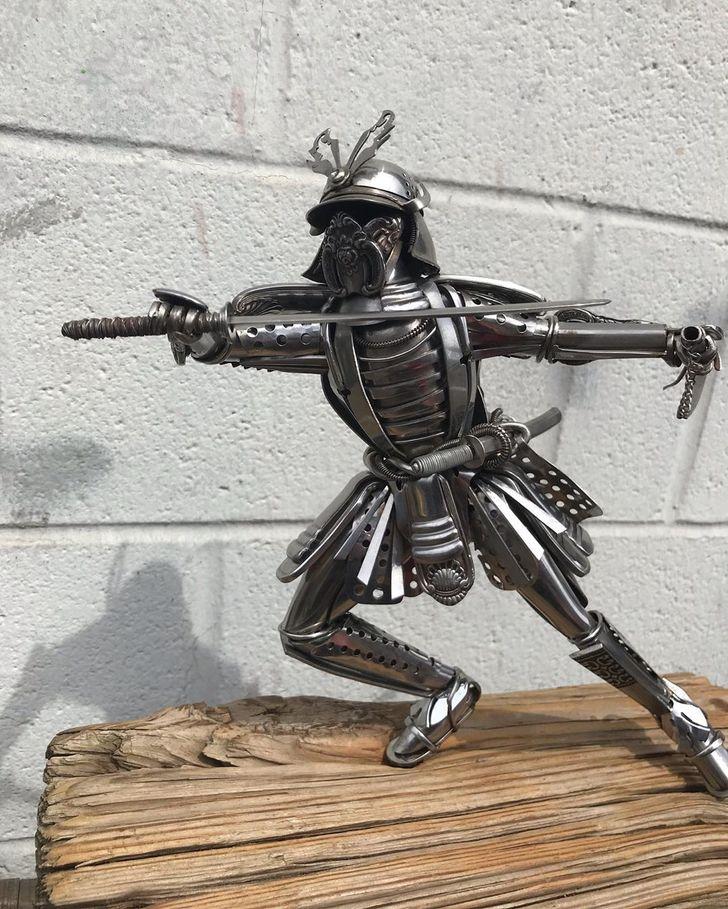 Un artista hace esculturas de cubiertos reciclados que realmente son más que solo arte