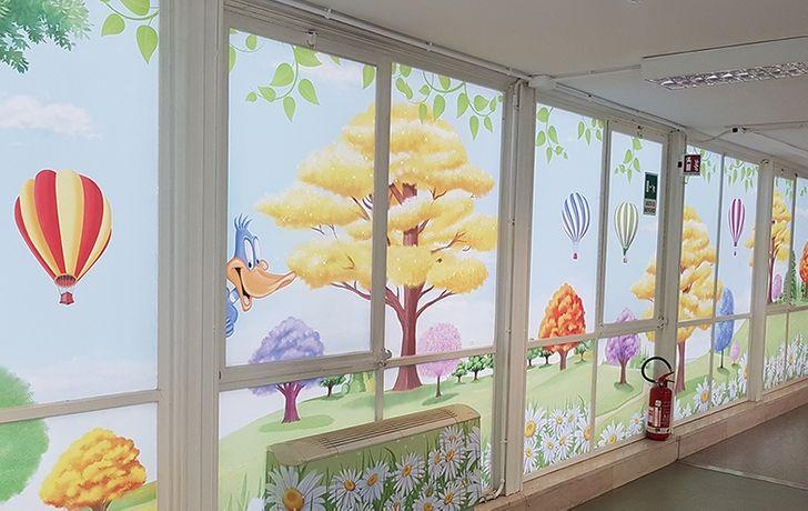 Un artista italiano convierte paredes aburridas de hospitales en reinos mágicos para ayudar a los niños a combatir sus miedos